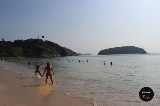 Люди играют с мячом на пляже Най-Харн