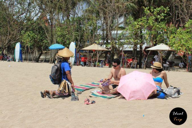 Прдавцы на пляже Кута
