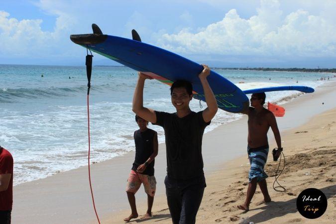 Балийцы возле пляжа Кута