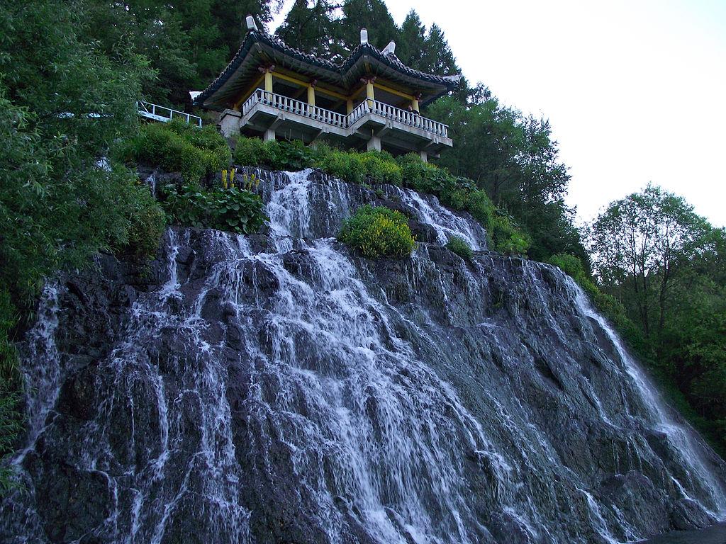 Дворец и водопад