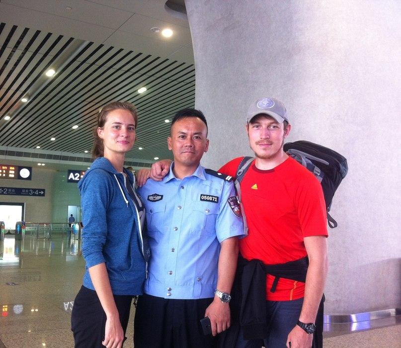 с сотрудником полиции Китая
