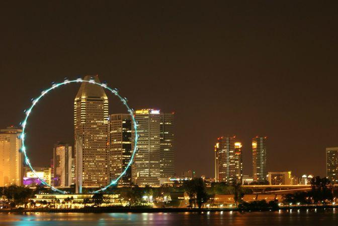 Сингапурское колесо ночью