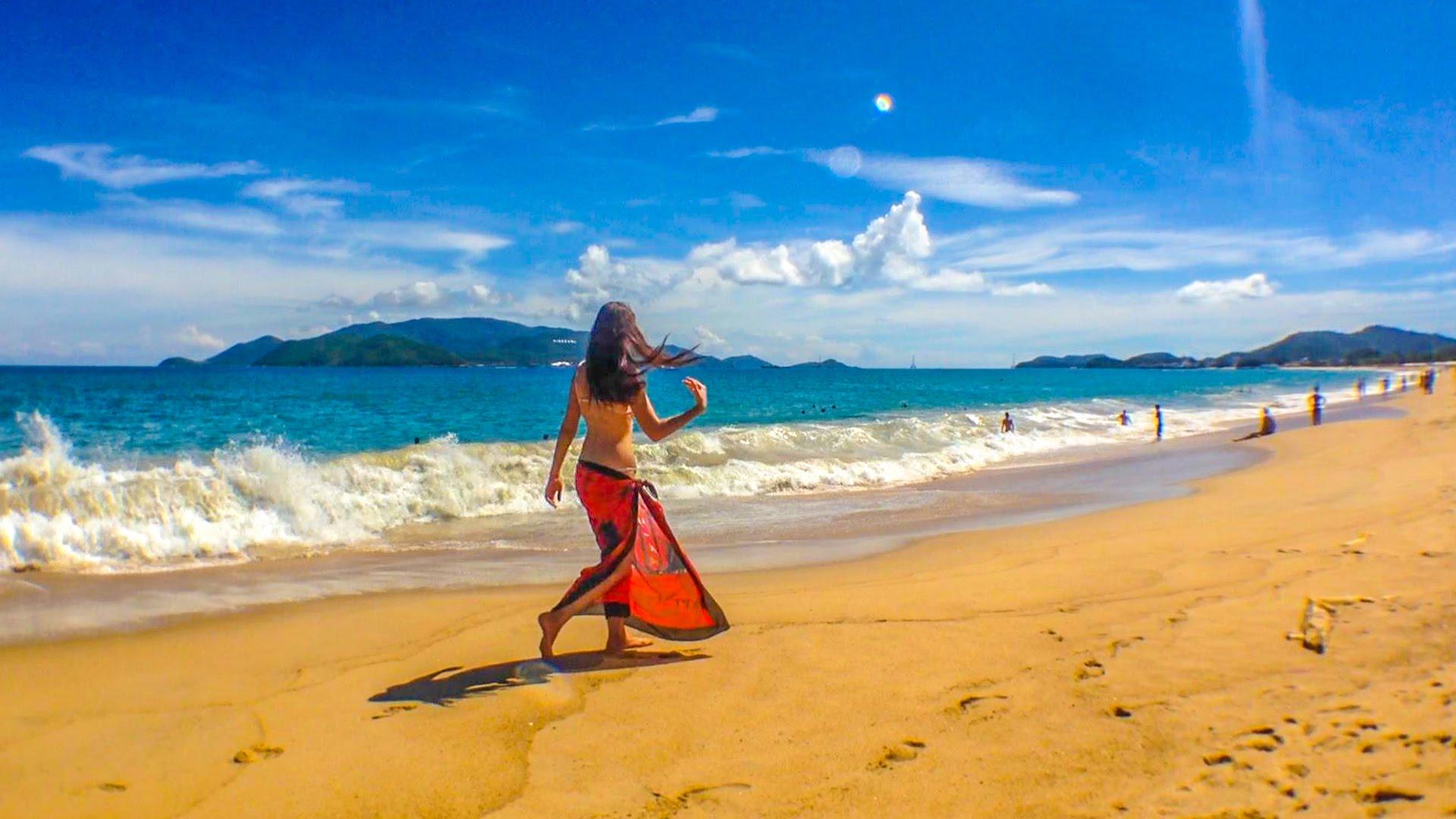 Девушка на море во Вьетнаме