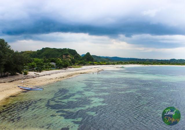 Лодка и пляж Танжун Ан