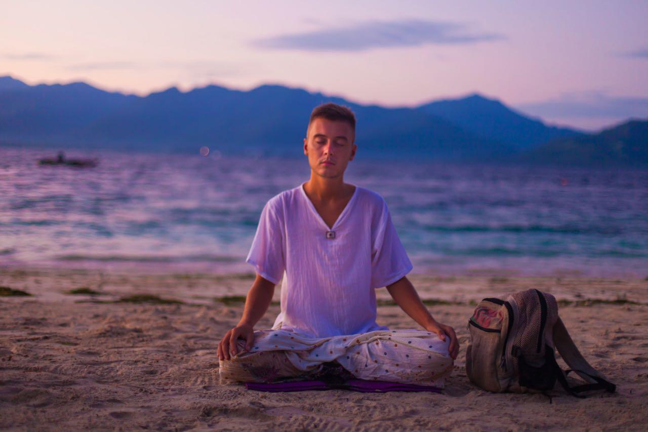 Гриша проводит утреннюю медитацию
