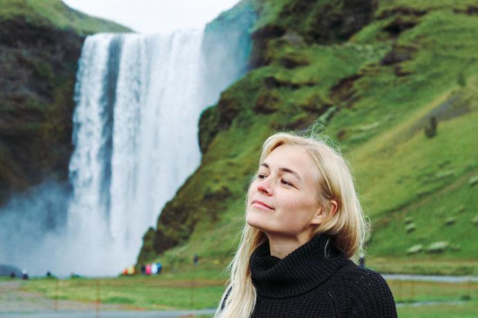 Девушка возле водопада Скоугафосс