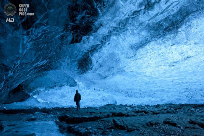 Роб Лотт в пещере ледника Ватнайекюдль