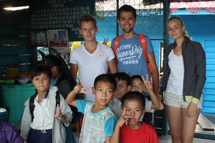Кристина Эндлесс и Станислав Матвеев с друзьями в Камбодже