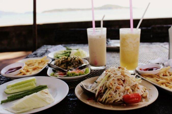 Обед в кафе на пляже Раваи