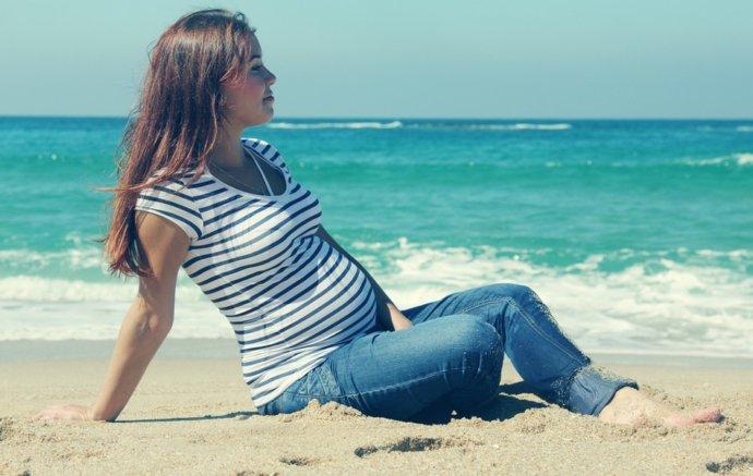 Беременная девушка на отдыхе