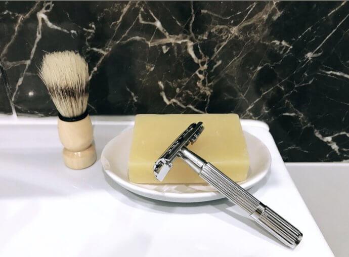 металлический станок с бритвой