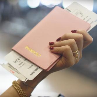 Женская рука с билетом на самолет