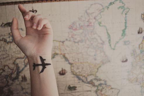Рука с самолетом