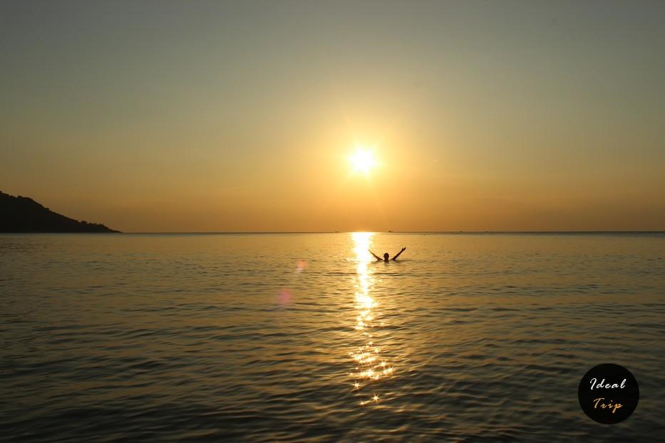 Закат на пляже Ката и человек купается