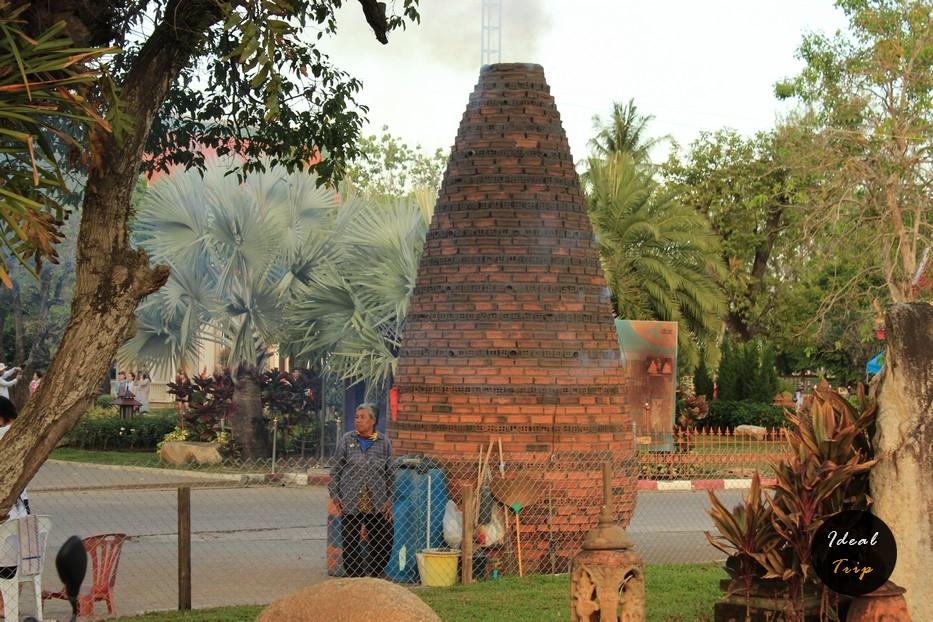 Сооружение из кирпичей около Ват Чалонга