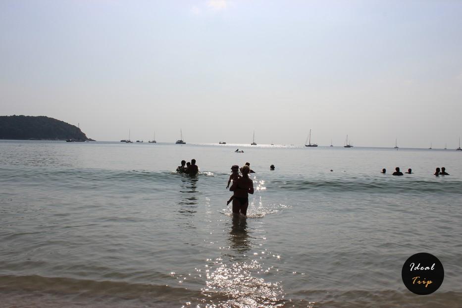 Люди на пляже Най-Харн