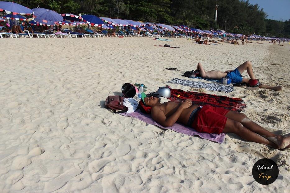 Люди загорают на пляже Най-Харн