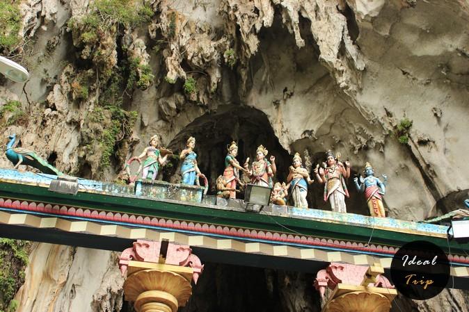 Арка при входе в пещеры Бату
