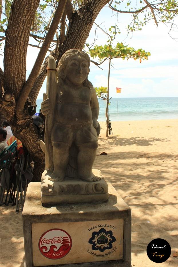 Статуя возле пляжа Кута