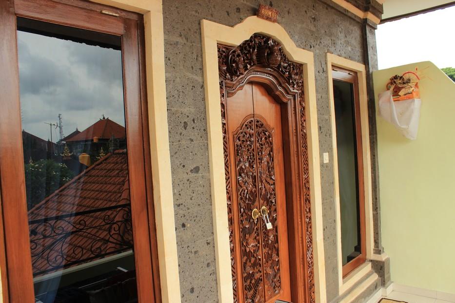 Дверь в отель на Бали