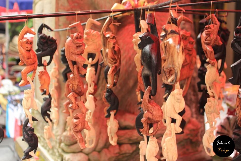 Сувениры в виде обезьян на Бали
