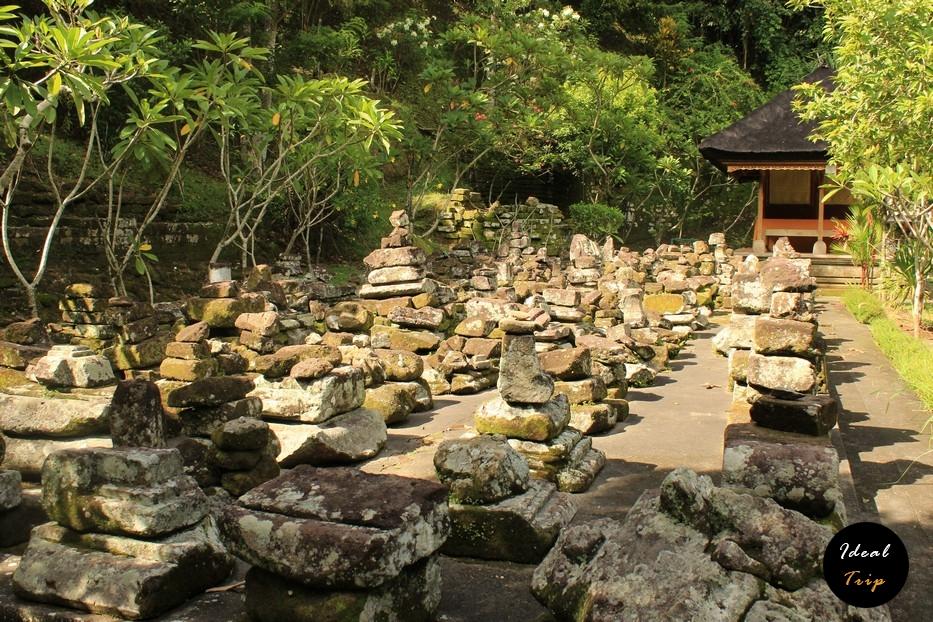 Камни при входе в пещеру слонов на Бали
