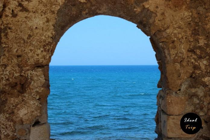 Окно в море в городе Хания
