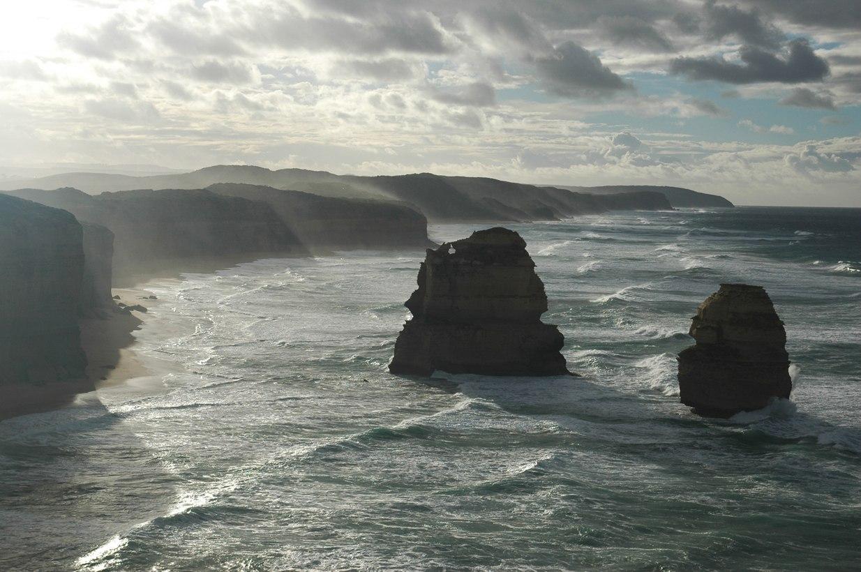 Сильнейший ветер с океана буквально выдувал брызги соленой воды через 50-ти метровые скалы берега