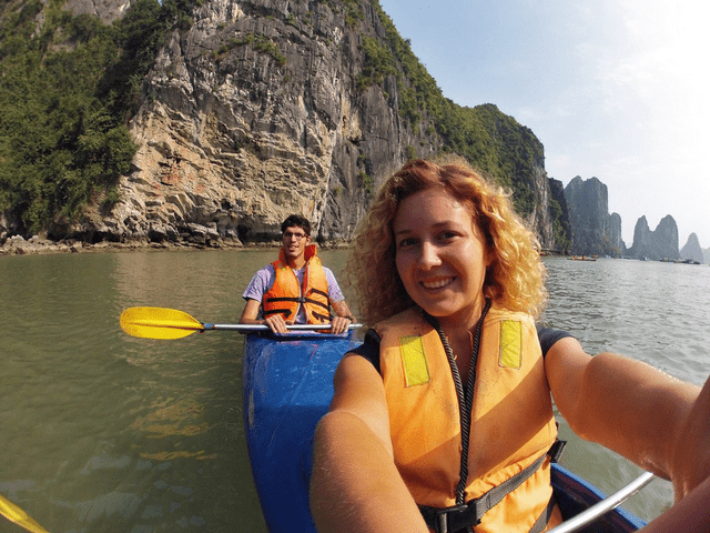 Павел и Юля на байдарках в Ха Лонг Бэй