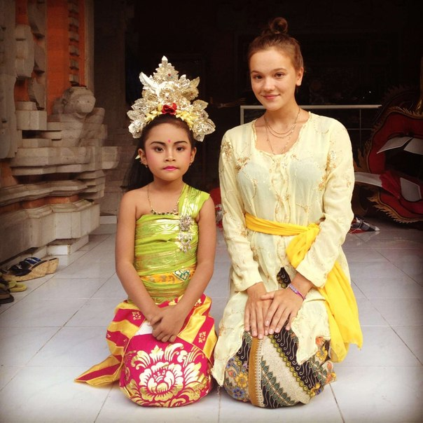 Путешественница Александра и девочка