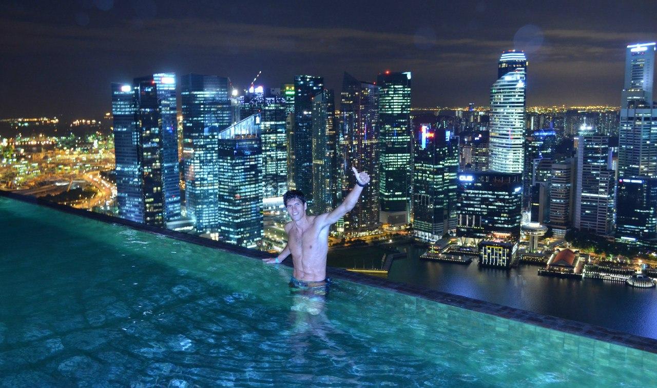 Паша Сырцов в бассейне гостиницы Marina Bay Sands с видом на Сингапур