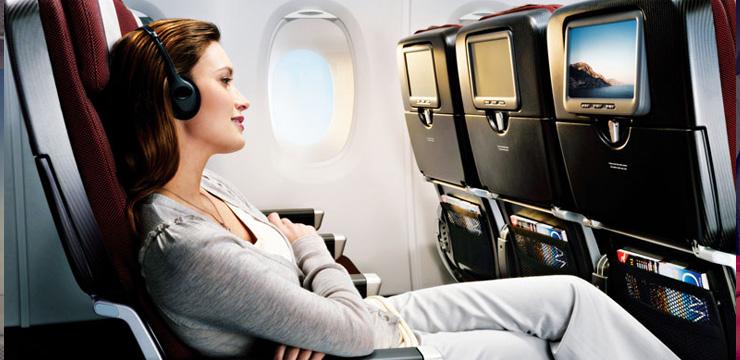 Девушка в салоне самолета
