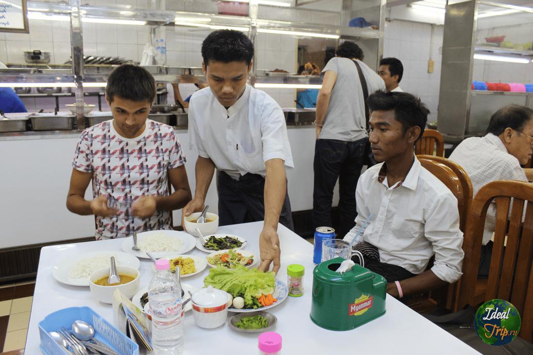 Местное кафе в городе Янгон