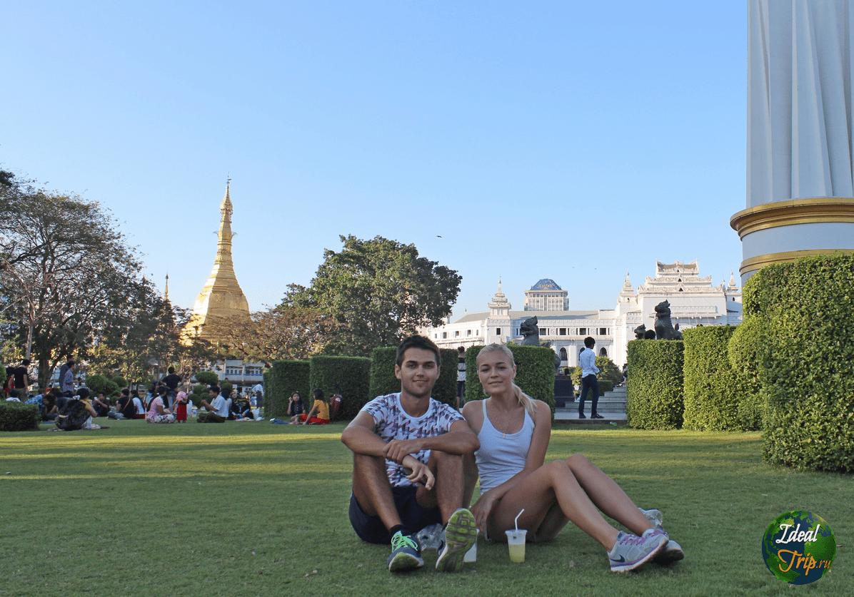 Станислав Матвеев и Кристина Эндлесс в парке г. Янгон