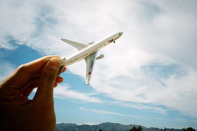 Игрушка самолет в руках