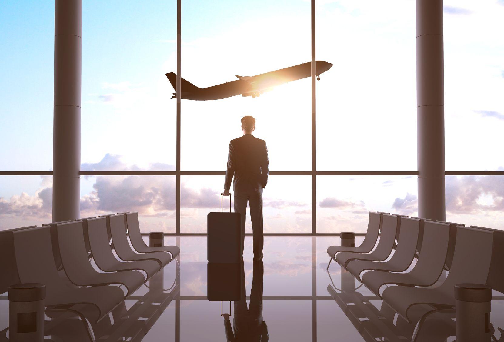 Человек смотрит на улетающий самолет