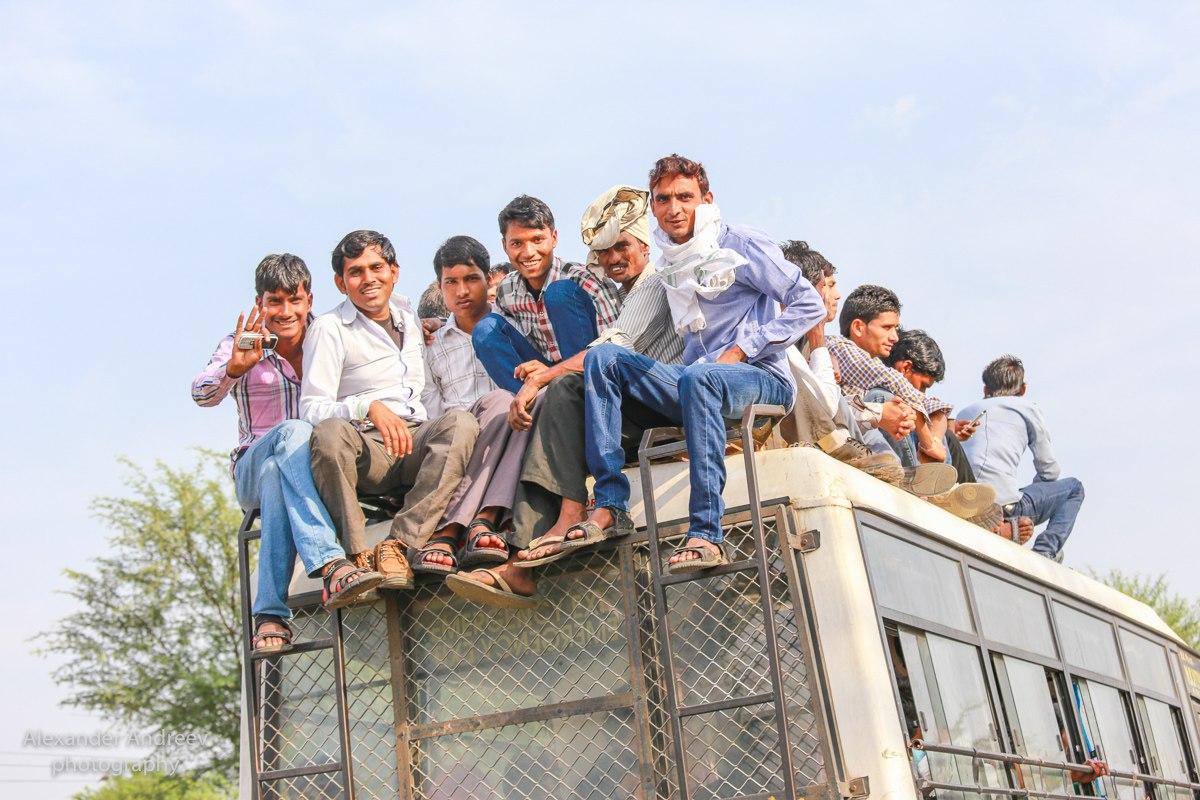 Жители Индии на крыше автобуса