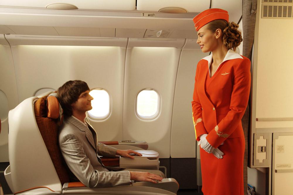 Стюардесса и пассажир самолета