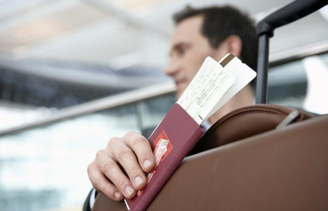 Мужчина с билетом на самолет