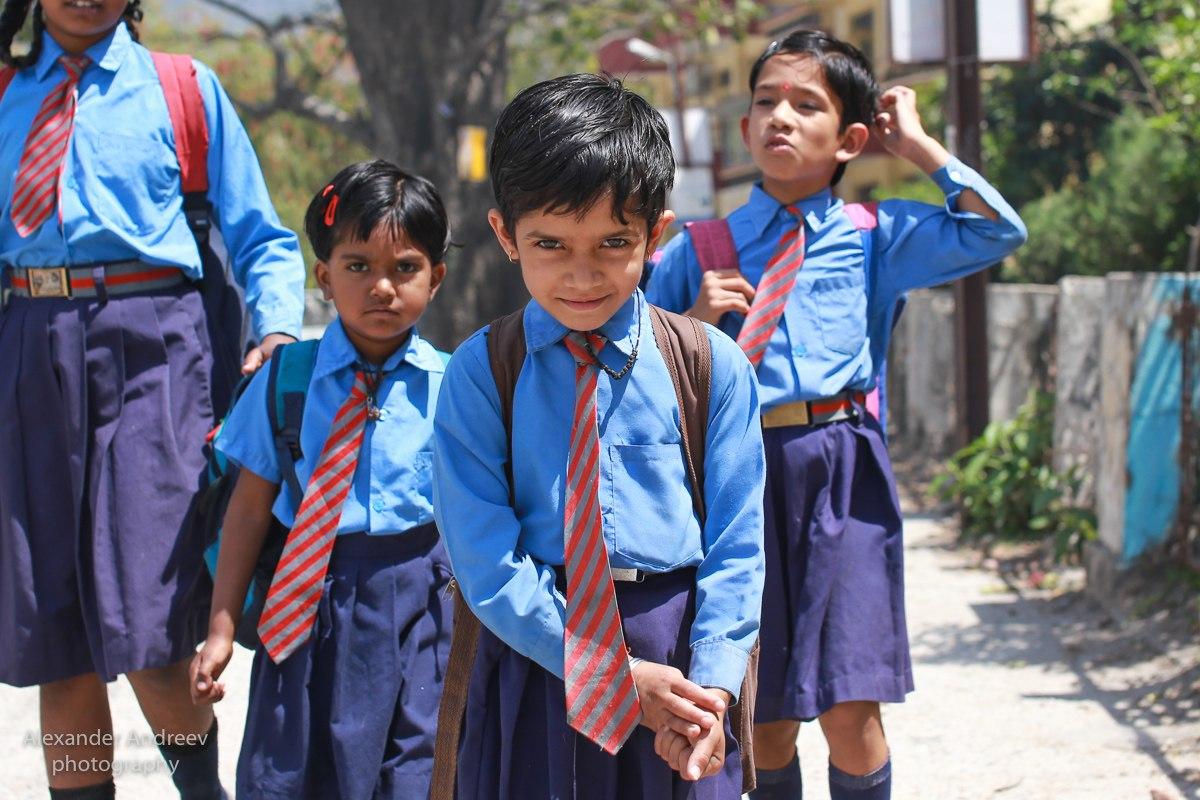 Школьники возвращаются домой после уроков в Индии