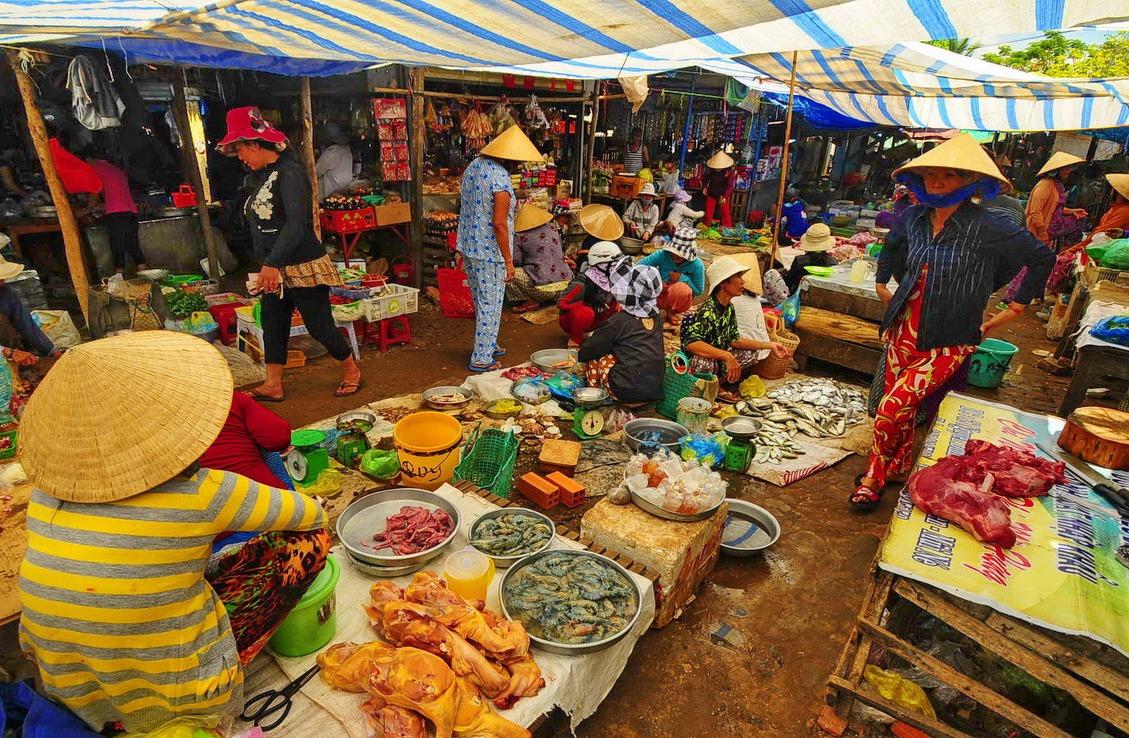 На рынок за продуктами и местными сладостями