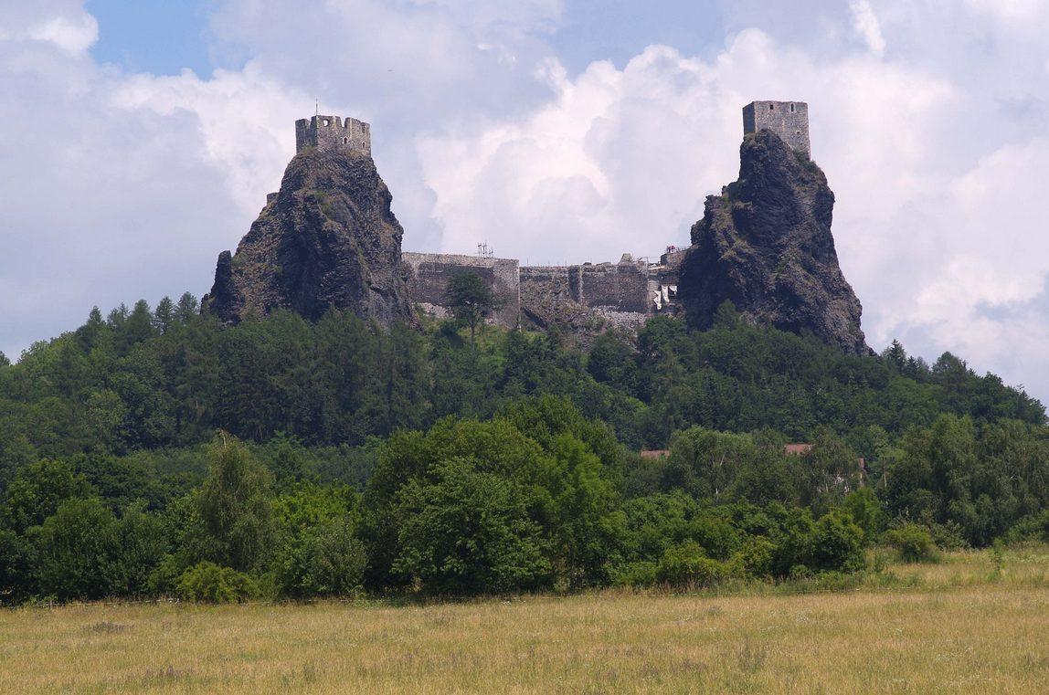 Руины готической крепости Троски в Чехии