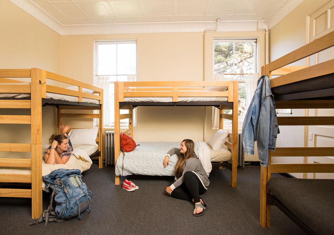 Путешественницы в хостеле