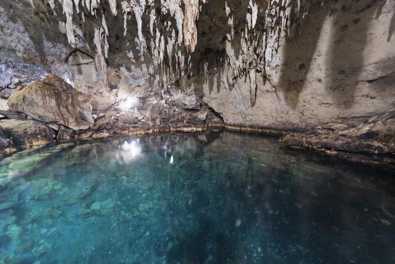 Подземная пещера Hinagdanan Cave с кристальным озером