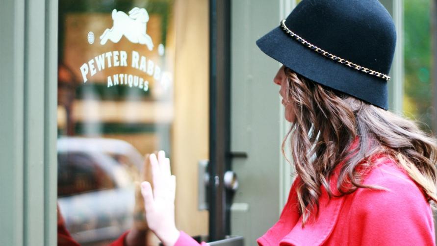 Девушка в черной шляпке