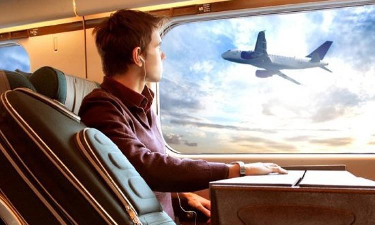 Мужчина смотрит на самолет
