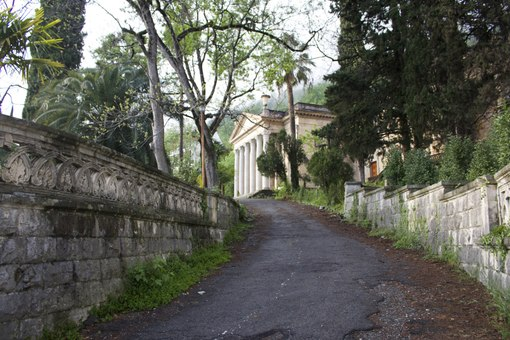 Территория дома в Абхазии