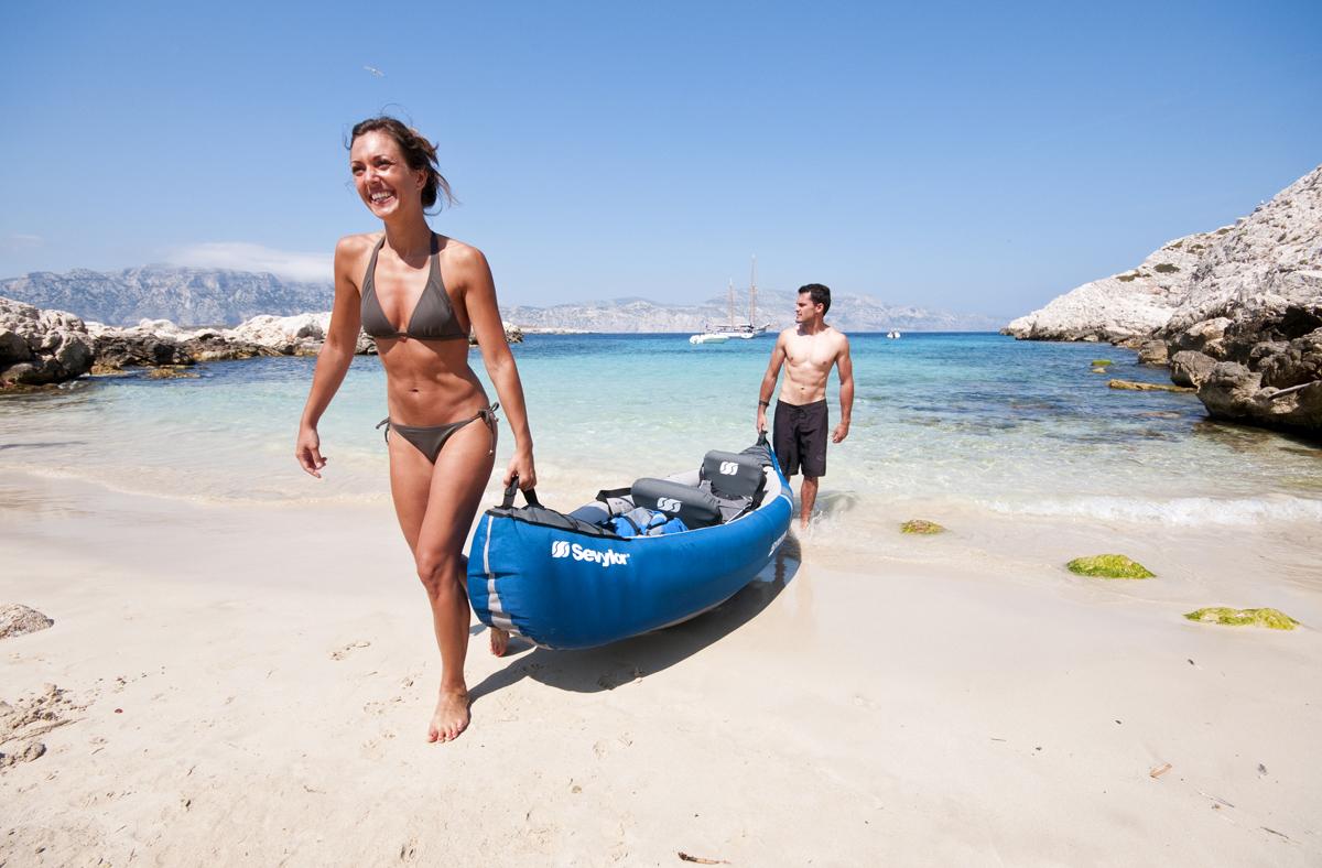 Пара на отдыхе с лодкой