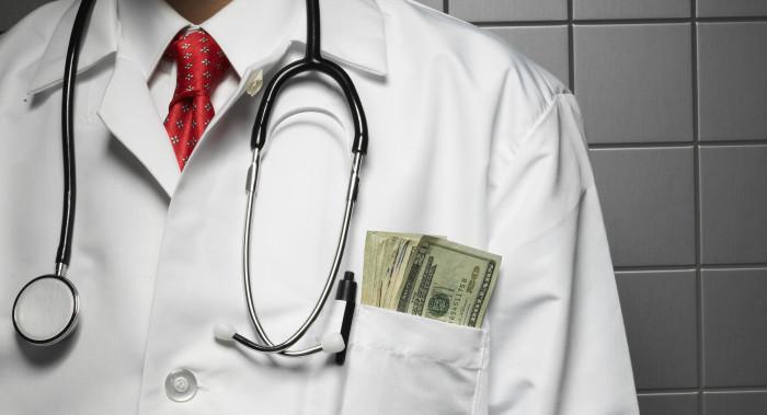 Доктор с деньгами в кармане
