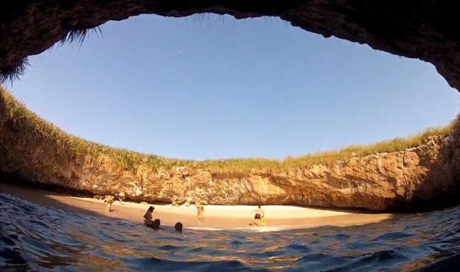 Люди купаются на скрытом пляже